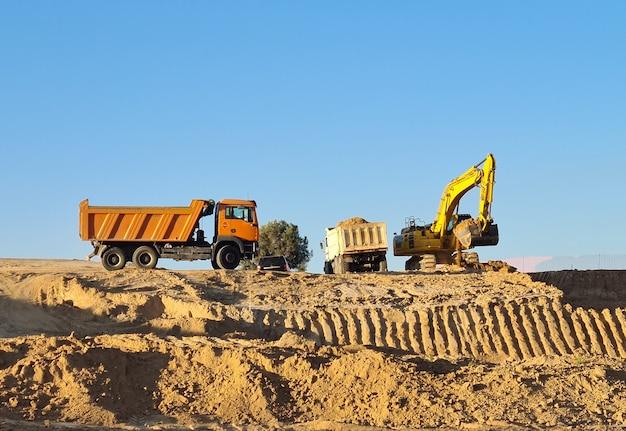 Carregadeira de escavadeira com retroescavadeira rised em um fundo de céu. digger trabalhando em valdebebas, madrid.