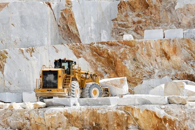 Carregadeira pesada movendo blocos de mármore