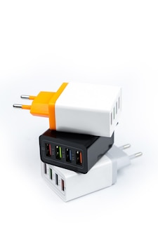 Carregador adaptador com portas usb multiportas isoladas na superfície branca
