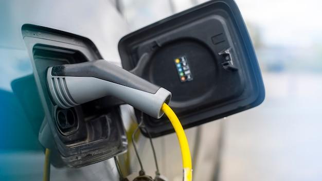Carregador conectado a um carro elétrico na estação de carga