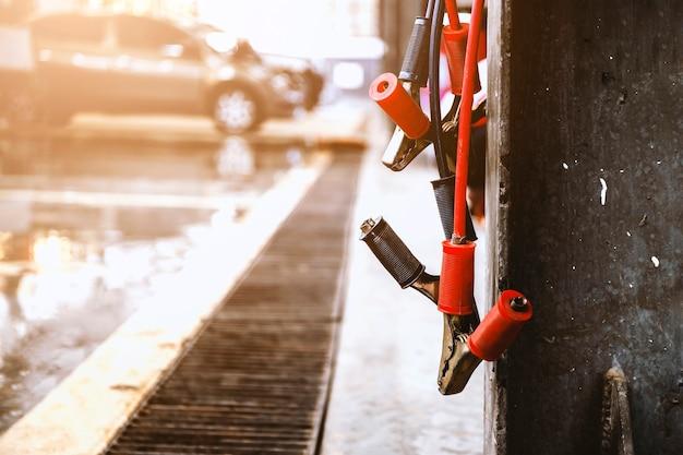 Carregador de bateria em close no centro de reparos de automóveis com foco suave