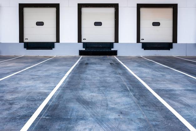 Carregamento de baias para caminhões em uma moderna empresa de transporte de mercadorias