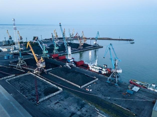 Carregamento de carvão no navio no cais do porto