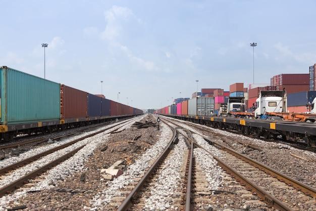 Carregamento de contêineres e ferrovias para o depósito de contêineres