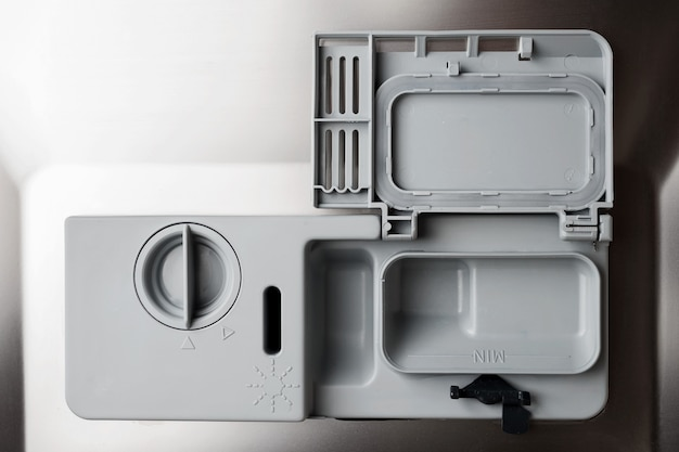 Carregamento de pó, sal e condicionador na máquina de lavar roupa