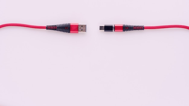 Carregamento e conexão do cabo vermelho usb para micro com adaptador tipo c.
