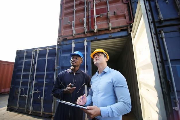 Carregamento local de contêiner de transporte em armazém de armazenamento de porto logístico para negócios de exportação e importação