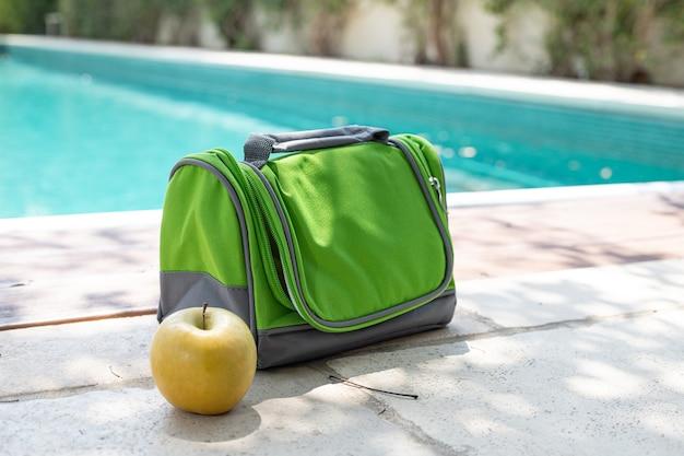 Carregando geladeira bolsa portátil para comida e bebida. recreação confortável ao ar livre