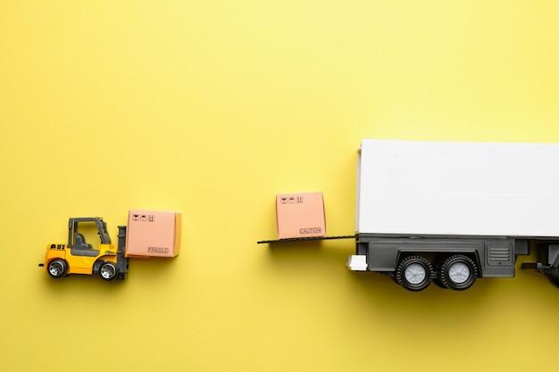 Carregando produtos para o abastecimento no caminhão