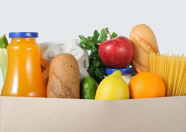 Carregando uma sacola de comida e bebida de mercearia. conceito de entrega de comida.