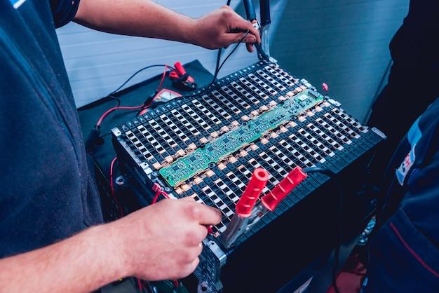 Carregar as baterias do motor elétrico. desmontando a bateria