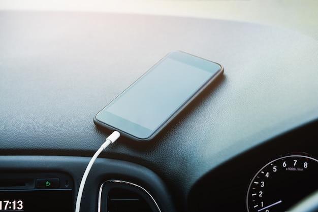 Carregar bateria smartphone móvel no carro com cabo