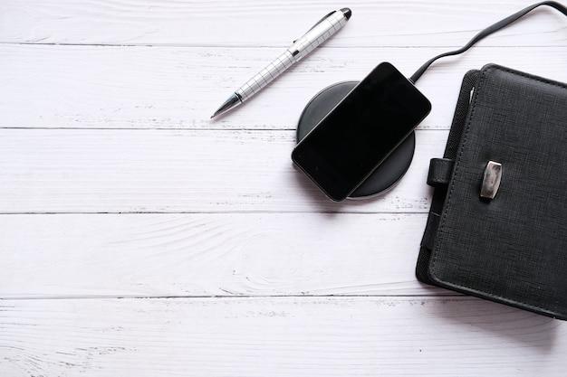 Carregar smartphone usando uma almofada de carregamento sem fio, vista superior