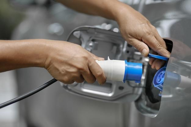 Carregar um carro elétrico com a fonte de alimentação conectada