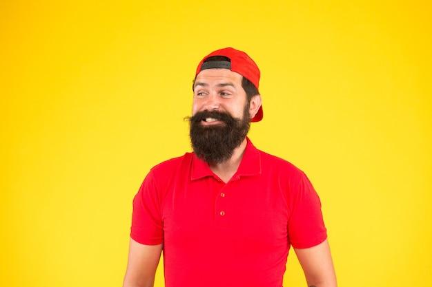 Carreira de vendedor. contratação de funcionário de loja. pessoal de hospitalidade. como posso ajudá-lo. o pessoal do supermercado queria. homem barbudo hipster com bigode usar uniforme fundo amarelo. conceito de pessoal da loja.