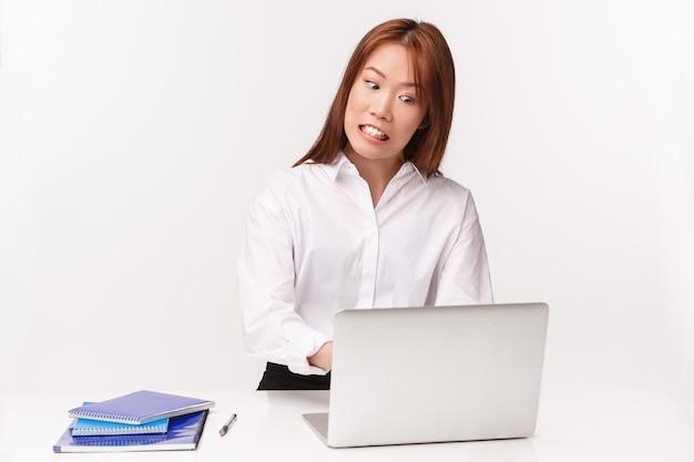 Carreira, trabalho e conceito de mulheres empresárias. retrato do close-up de projeto de digitação rápida de mulher asiática pressionada e tensa hardwoking no laptop como correndo para enviar o relatório antes do prazo