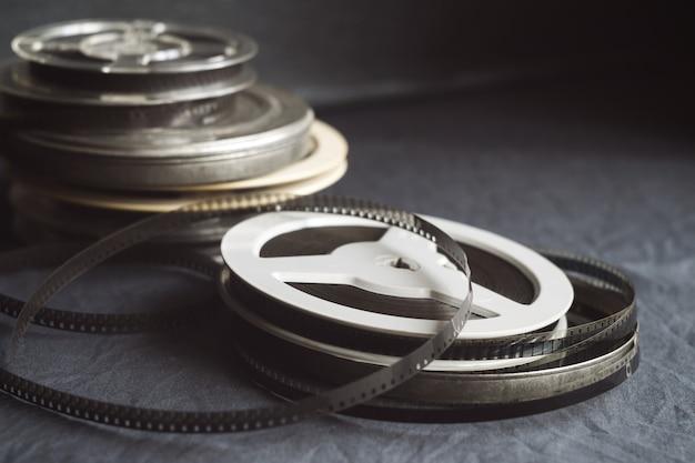 Carretéis antigos com filme em preto e branco de um filme amador