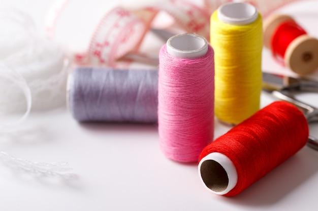 Carretéis coloridos da linha usados na indústria têxtil e têxtil