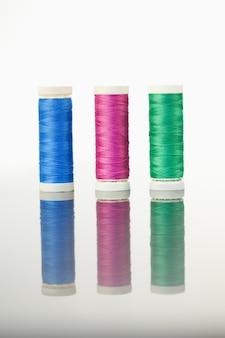 Carretéis coloridos de linha em uma mesa