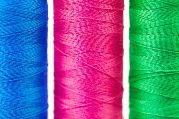 Carretéis coloridos de linha