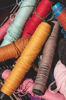 Carretéis de linha coloridos para teares