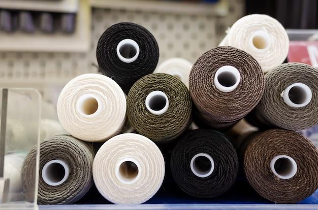 Carretéis de linha em uma loja de costura