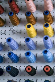 Carretéis de máquina de costura com fios coloridos