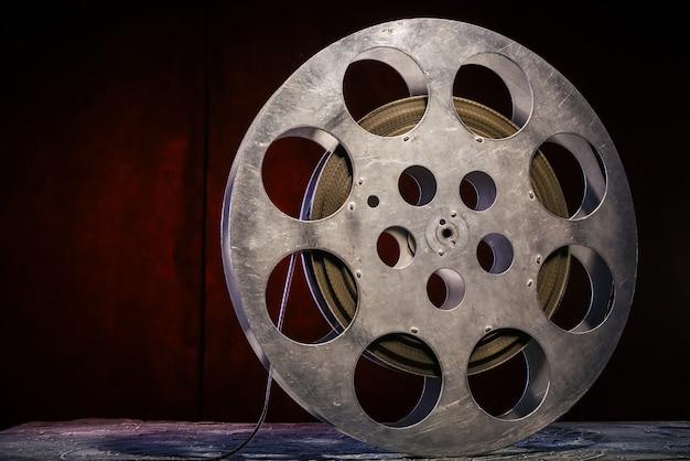 Carretel de filme de 35 mm com iluminação dramática em fundo escuro