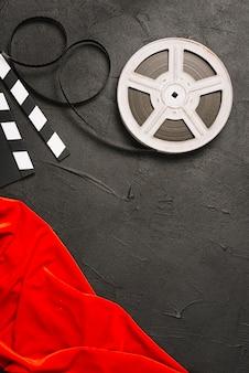 Carretel de filme perto de pano vermelho