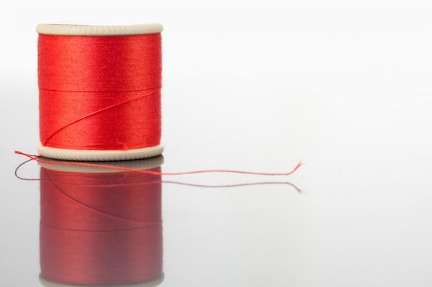 Carretel vermelho de linha em uma mesa