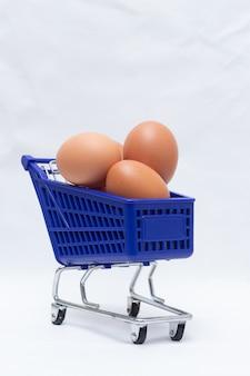 Carrinho azul cheio de ovos