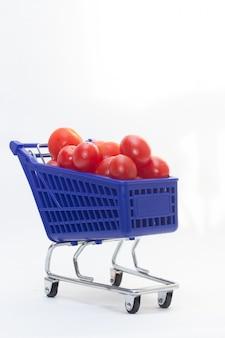 Carrinho azul cheio de tomates frescos