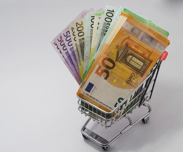 Carrinho com notas de euro de várias denominações