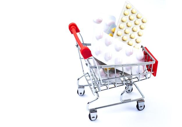 Carrinho da loja com comprimidos em um fundo branco.