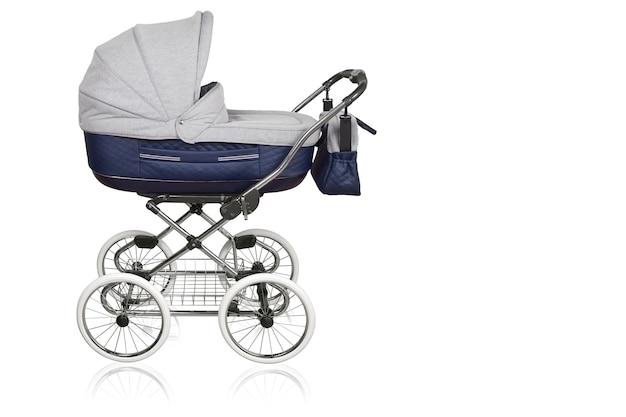 Carrinho de bebê. rodas de carrinho de bebê. fundo branco isolado.