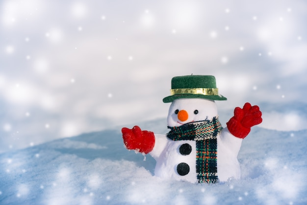 Carrinho de boneco de neve entre a pilha de neve. floco de neve está caindo. feliz natal e feliz ne