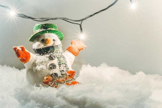 Carrinho de boneco de neve na pilha de neve.