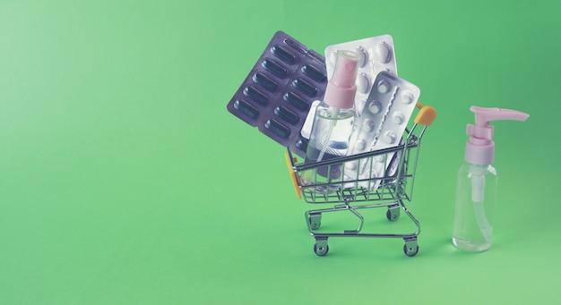 Carrinho de brinquedo com vários comprimidos e cápsulas pulveriza o conceito de entrega de medicamentos em farmácias.