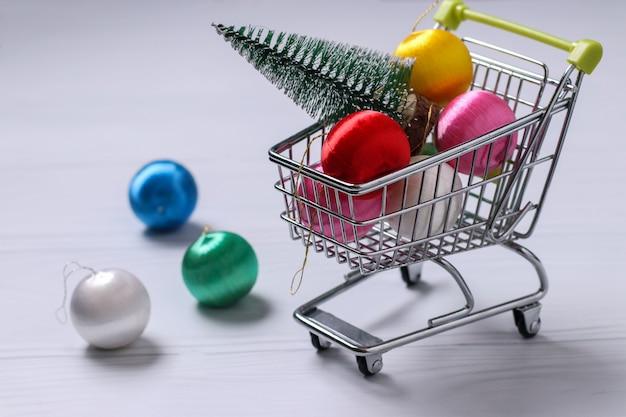 Carrinho de carrinho e bolas coloridas de ano novo em branco