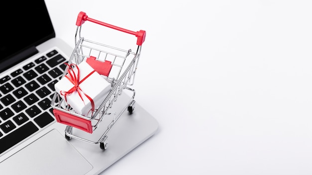 Carrinho de compras acima do laptop