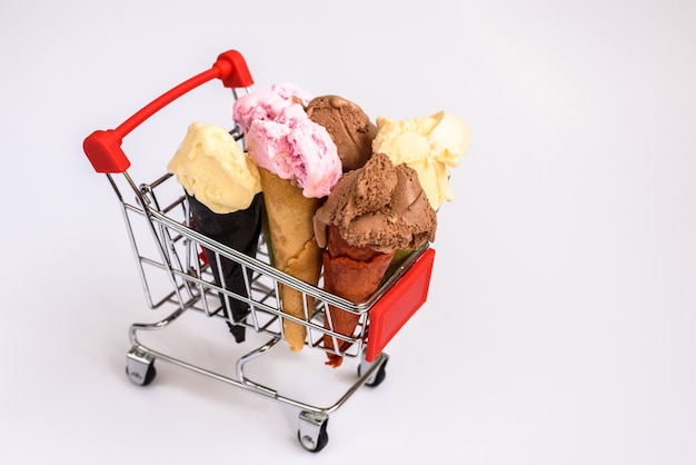 Carrinho de compras cheio de baunilha e chocolate cones de sorvete de morango