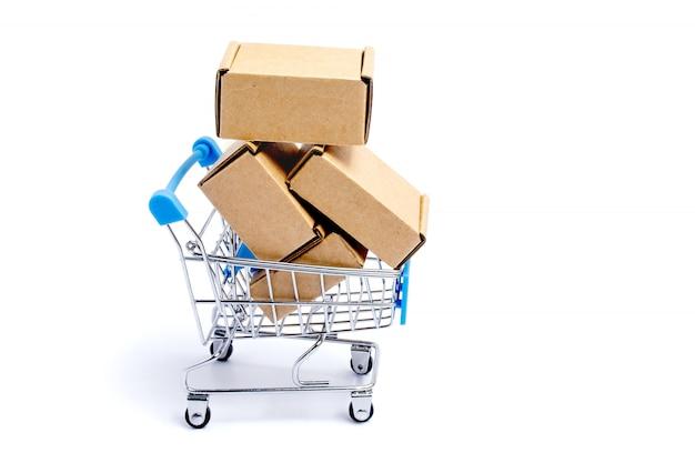 Carrinho de compras cheio de caixas de papelão, isoladas no fundo branco