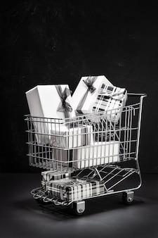 Carrinho de compras cheio de caixas de presente. mergulhando no conceito de black friday