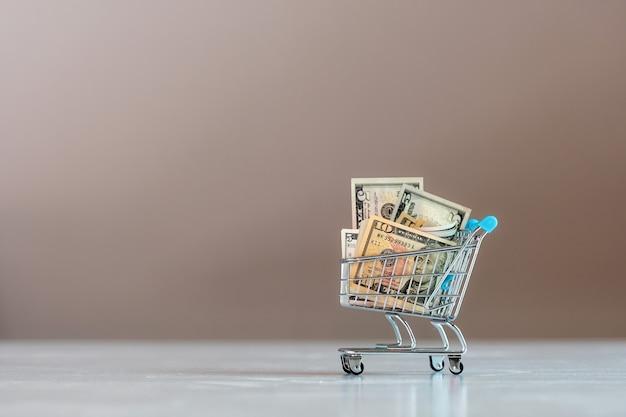 Carrinho de compras cheio de notas de dólar, negócios, finanças, conceito de economia