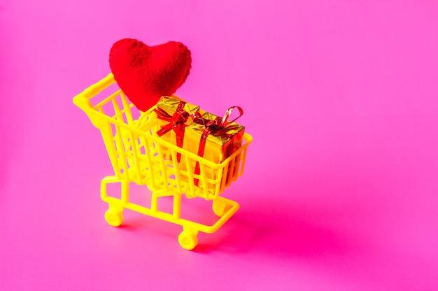 Carrinho de compras cheio de presentes