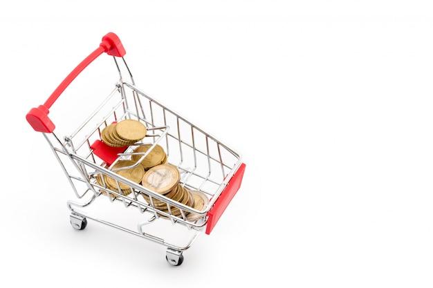 Carrinho de compras com as euro- moedas nele no fundo branco. tema de compras, venda e dinheiro de volta no supermercado. copyspace para texto.