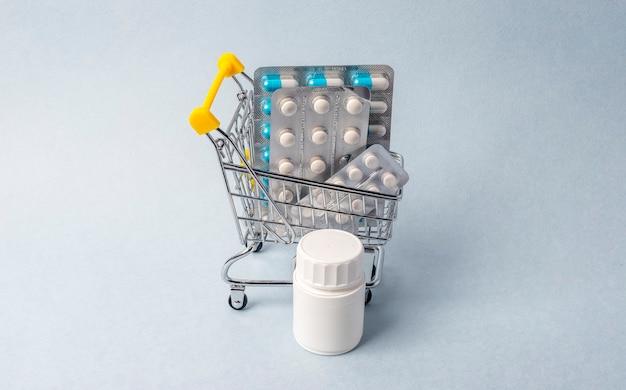 Carrinho de compras com bolha de comprimidos. farmacia.