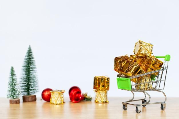 Carrinho de compras com caixa e natal decoração objeto.