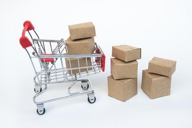 Carrinho de compras com caixa no fundo branco.