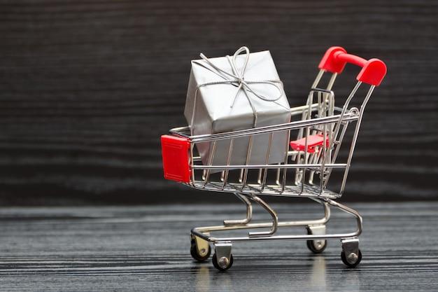 Carrinho de compras com caixas de presente. venda de férias